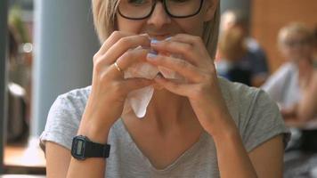junge Frau, die Fast Food isst