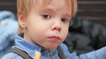 Das Kind isst eine Bratkartoffel in einer Fast-Food-Restaurant-Nahaufnahme video