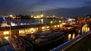 Colorido puerto y muelles de Hamburgo por la noche - gran toma de lapso de tiempo