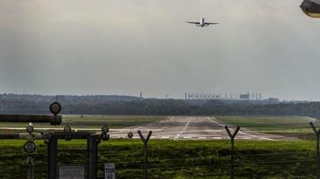 pista do aeroporto de Hamburgo com pouso e partida de aeronaves - timelapse video