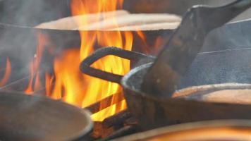 vissen op de pan in een grill