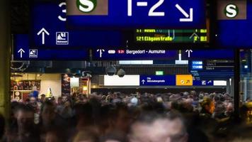pessoas lotadas caminhando em timelapse da estação central iluminada