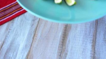 mexikanisches Essen Taco Boot Tortilla serviert mit Margarita video