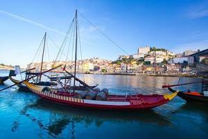 Porto viejo y barcos tradicionales con barriles de vino, Portugal