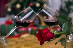 rosa roja y vino