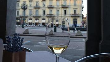Italia: vino blanco, flores de lavanda y edificio antiguo, Turín foto