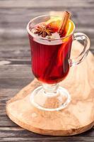 Bebida caliente navideña vino caliente con especias en vidrio foto