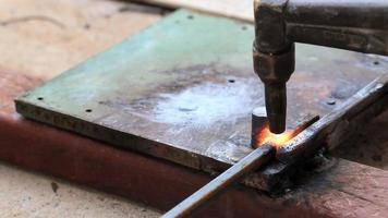 ouvrier industriel pliant l'acier. video