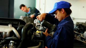 Mulher jovem e bonita trabalhando em uma garagem video