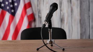 banner dietro la scrivania con microfono.