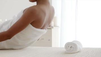 vrouw gaat liggen op het massagetafel video