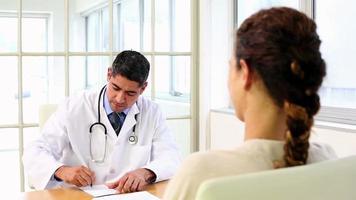 doctor hablando con su paciente enfermo en el escritorio