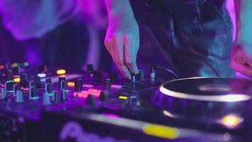 mesa de controle de DJ, mixagem de mão de mulher, girando em uma boate