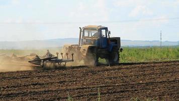 champ de labour tracteur