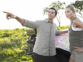 pareja joven, en, safari, con, mapa