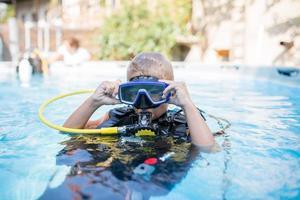 Niño de 6 años listo para la aventura de buceo. foto