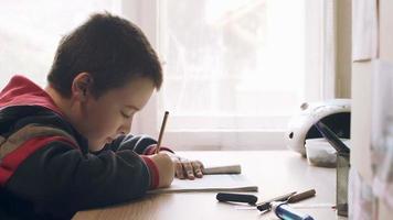 ragazzo che fa i compiti