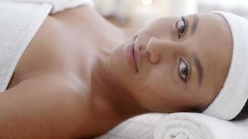 mulher relaxante spa de saúde