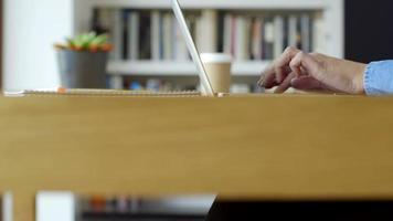 Pan au milieu de la femme travaillant au bureau à la maison