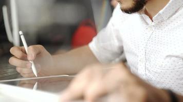 designer gráfico trabalhando com visor interativo com caneta, tablet de desenho digital e caneta em um computador. backlight shot com lensflare 20s fullhd