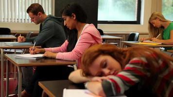 studente addormentato alla sua scrivania in classe