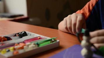 enfants modèles de mains en pâte à modeler