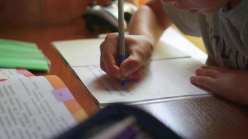 Das Kind macht den Unterricht zu Hause