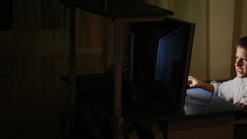 ragazzo adolescente gioca sul computer durante la notte. giochi online