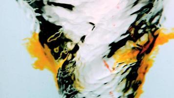 redemoinho de água close-up com tinta laranja
