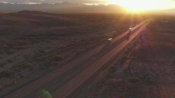 antenna: auto e semi camion che guidano su un'autostrada trafficata al tramonto estivo