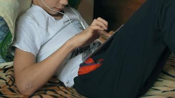 niño joven, con, tableta, computadora, en casa