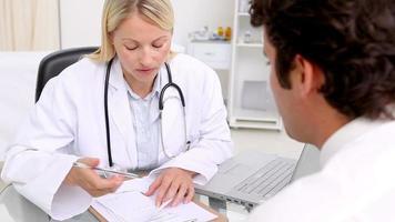 médico dando uma receita para seu paciente
