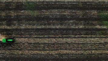 Luftaufnahme des Traktors, der den Boden pflügt video