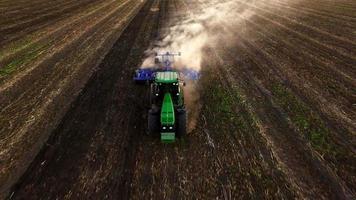 Vue aérienne du tracteur labourant le sol