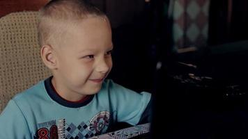 Ragazzo di 5 anni che gioca sul computer a casa