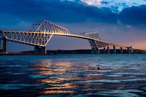 puesta de sol del puente de la puerta de tokio foto