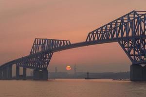 ponte do portão de Tóquio ao entardecer