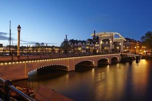 Amsterdam, Países Bajos - puente levadizo por la noche
