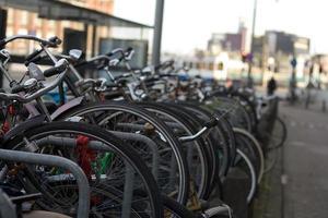 bicicletas a lo largo de los canales de amsterdam
