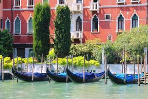 Góndolas en el muelle del Gran Canal de Venecia, Italia