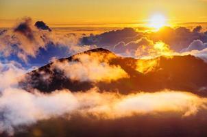 nuvens ao nascer do sol sobre a cratera Haleakala, maui, havaí, eua