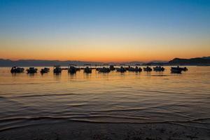 hermoso amanecer en la playa en corfú foto