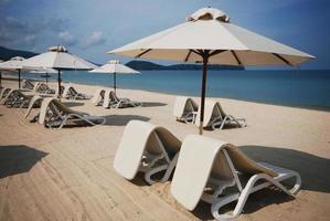 Sillas de playa y sombrilla en Phuket, Tailandia