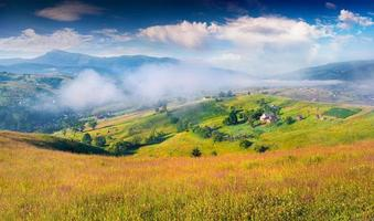 brumosa mañana de verano en las montañas de los cárpatos