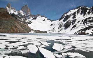 Montaña y lago Fitz Roy, en El Chaltén, Patagonia, Argentina