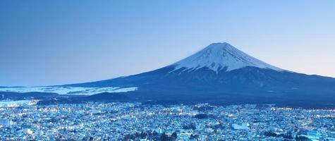 montaña fuji en invierno desde la ciudad de fujiyoshida
