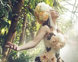 bastante, mujer joven, con, el, flor, sombrero