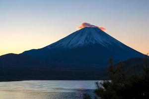 hermoso mt. fuji mañana resplandor de un lago motosuko