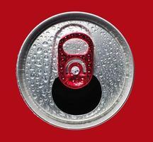 primer plano de lata de aluminio abierta foto