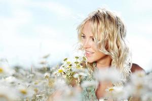 niña en el campo de flores de margarita